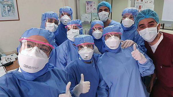 طاقم طبي في مستشفى في بيروت حيث يعملون على مكافحة كوفيد-19 - 2020/04/30