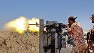 مقاتلون انفصاليون يوجهون نيران أسلحتحهم نحو القوات الحكومية جنوب أبين - 2020/05/11