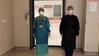 Covid-19 testi pozitif çıkan hemşire Elif Kaşıkçı (sağda) 20 günlük tedavisinin ardından taburcu oldu