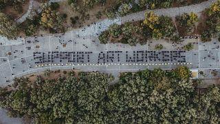 اجرای خیابانی هنرمندان یونانی برای حمایت از  فعالان حوزه فرهنگ و هنر