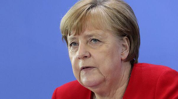 ميركل تتدخّل لنزع فتيل أزمة بين بلادها والاتحاد الأوروبي