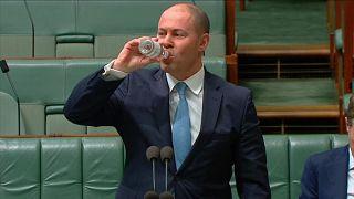 شاهد: نوبة سعال حادة لوزير استرالي أثناء خطاب أمام البرلمان والنتيجة العزل وفحص كورونا