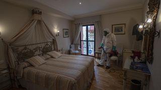Hoteles y Airbnb planean protocolos de limpieza exhaustiva y robots para superar la crisis del COVID