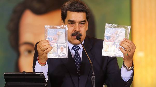 "Maduro a két amerikai ""zsoldos"", Airan Berry és Luke Denman útlevelét mutatja"