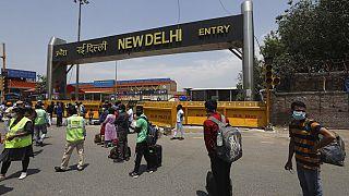 Milhares de pessoas junto à estação de comboios em Nova Deli, na Índia