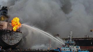 Endonezya'daki petrol tankeri yangınına itfaiye ekipleri denizden müdahale ediyor