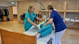 السويد تراجع خططها بشأن مواجهة كورونا بعد تزايد وفيات المسنين