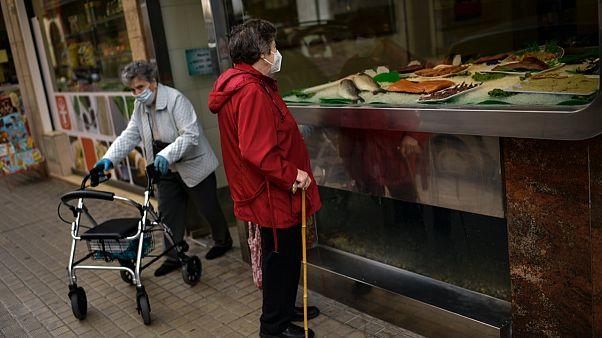 Karantina uygulamasının hafifletildiği İspanya'nın Pamplona bölgesi sakinleri alış veriş yapıyor