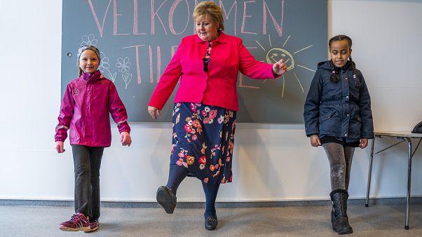 Премьер-министр Норвегии Эрна Сульберг участвует в открытии школы после карантина
