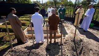 دفن الموتى مشكلة جديدة تواجه المسلمين في أوروبا بسبب كورونا