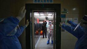أطباء يودعون مريض تعافى من كورونا في الصين