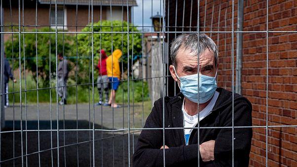Trabalhador de um matadouro na Alemanha onde surgiu um surto epidémico
