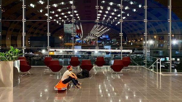Mark Gonzales sur son lit de camp dans le terminal de l'aéroport Charles de Gaulle