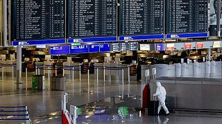 أميركي يتخفى بزيّ عامل صيانة في مطار فرانكفورت لملاقاة حبيبته