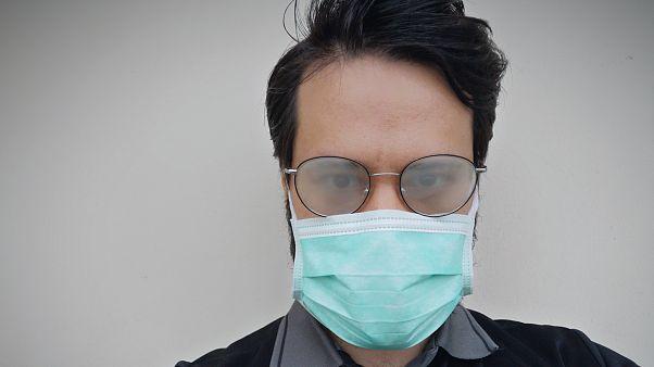 Gözlük camlarında maskenin neden olduğu buğulanma nasıl önlenebilir?