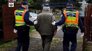 Uno dei due uomini accusati di procurato allarme portato via dalla polizia