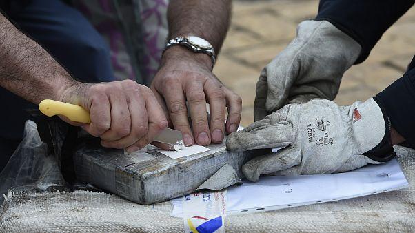 Archives : des policiers espagnols ouvrent un paquet de cocaïne dans le port de Vigo, en Galice, le 3 juin 2019