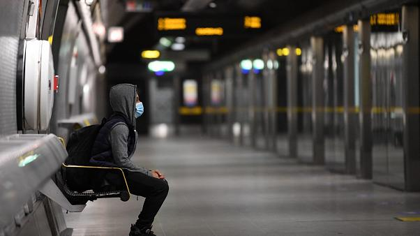 Mit Abstand, Maske und Desinfektionsgel: U-Bahnfahren in Coronazeiten