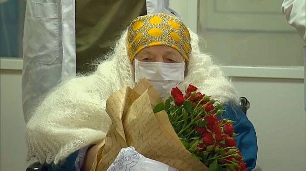 Coronavirus : une Russe s'offre une sortie d'hôpital pour ses 100 ans
