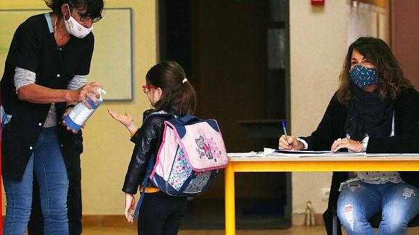 Schule beginnt in Frankreich: Hier in Saint Jean de Luz werden Kindern beim Betreten des Gebäudes die Hände desinfiziert. Wird das die neue Norm?