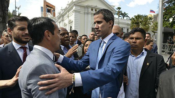 دیدار خوان گوایدو، رهبر مخالفان دولت ونزوئلا(سمت راست) با رومن نادال، سفیر فرانسه در ونزوئلا(سمت چپ)
