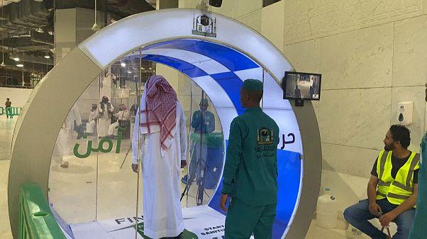 Video | Kabe'de teravih namazı için Covid-19'a karşı dezenfeksiyon kabini