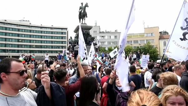 Miles de personas protestan en Sofía contra las medidas del Gobierno búlgaro ante el coronavirus