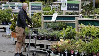 Los amantes de las plantas hacen cola para ser los primeros en la reapertura de los viveros