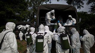 القوات العسكرية البرازيلية تطهر ملجأ عاما كإجراء لمكافحة انتشار فيروس كورونا المستجد في ريو دي جانيرو