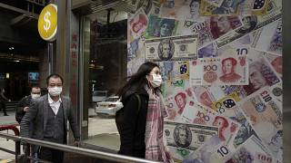 أناس أمام محل لتجارة العملة في هونغ  كونغ - 2020/02/19