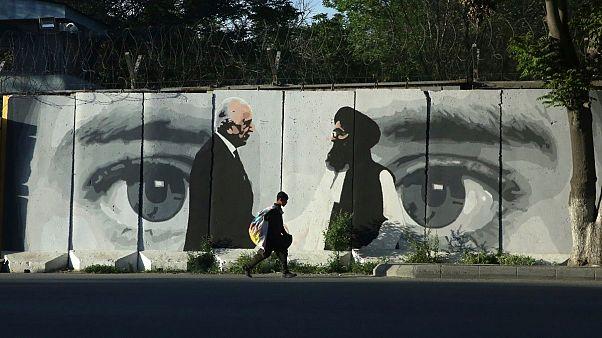 تصویری از زلمی خلیلزاد، نماینده ویژه آمریکا برای افغانستان و ملا عبدالغنی برادر، ٰرئیس هیات مذاکره کننده طالبان در یکی از خیابانهای کابل، دوحه قطر، ۵ مه ۲۰۲۰