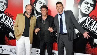 الممثلان ألباتشينو وستيفن باور أمام لافتة فيلم سكارفيس الجديد