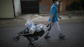 Pandeminin ekonomik krizi derinleştirdiği Venezuela'da mezbaha önlerinde sığır kanı sırası