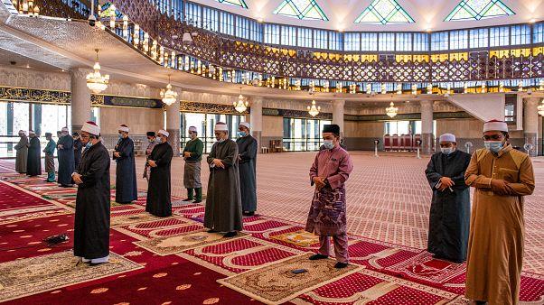 شاهد: إعادة فتح بعض مساجد ماليزيا بعد شهرين من الإغلاق