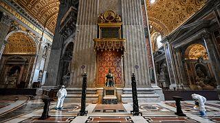 شاهد: تعقيم كاتدرائية القديس بطرس بالفاتيكان تمهيداً لإعادة فتحها