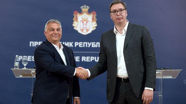 Orbán Viktor miniszterelnök és Aleksandar Vucic szerb elnök kezet fog a belgrádi sajtótájékoztatón 2020. május 15-én