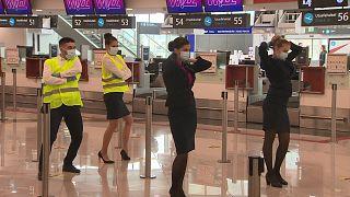 50 stewardess táncolt a budapesti repülőtéren