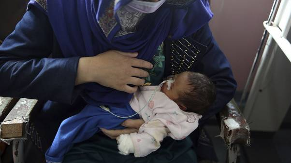 La mère et son bébé, rescapés de la tuerie dans une maternité de Kaboul - Afghanistan - le 13 mai 2020