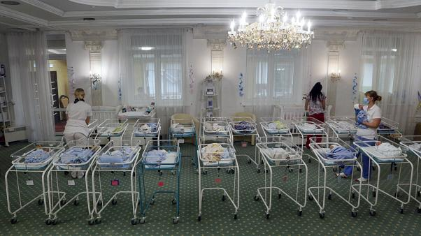 Taşıyıcı annelerden doğan bebekler koronavirüs yasakları nedeniyle Ukrayna'da mahsur kaldı