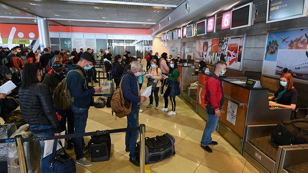 Ukraynalı mevsimlik işçiler Finlandiya'ya gitmek için havalanında işlem sırasında bekliyor