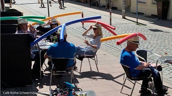 کلاه مخصوص کافهدار آلمانی برای رعایت فاصلهگذاری اجتماعی
