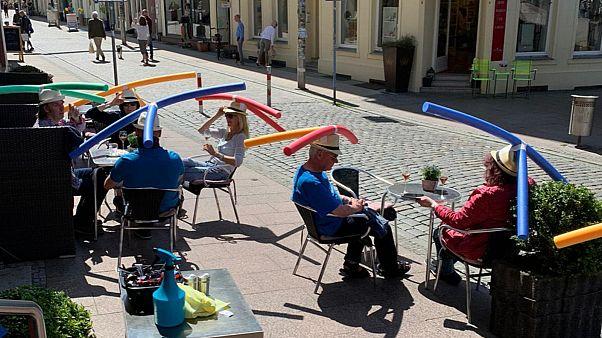 Almanya'da bir kafede sosyal mesafeyi korumak için müşterilere 'deniz makarnalı şapka' dağıtıldı