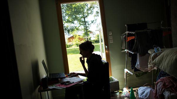 Salgından dolayı evden çalışan bir kadın