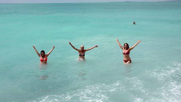 ثلاث نساء يسبحن في المتوسط