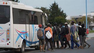 مهاجرون يصعدون في حافلة في إسبانيا