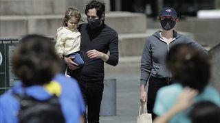 مترجلون يرتدون أقنعة في شوارع نيويورك - 2020/05/16