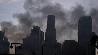 دخان منبعث من موقع حريق جرح خلاله عدد من رجال الإطفاء في لوس أجلس - 220/05/16
