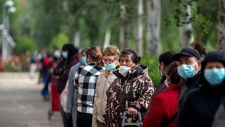 Des Espagnols font la queue pour recevoir de l'aide alimentaire à Madrid, le 16 mai 2020