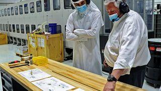 أمير قطر تميم بن حمد آل ثاني خلال تفقده منشأة لتصنيع أجهزة التنفس بالعاصمة الدوحة. 29/04/2020