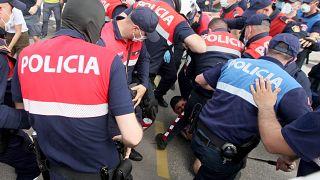 اشتبك المحتجون مع عناصر الشرطة في تيرانا في محاولة يائسة منهم لمنع عملية تدمير المبنى الأثري